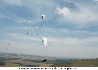 Pilotos colorem o céu de Araxá
