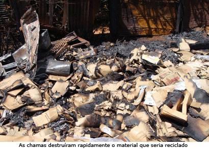 Uma tonelada de material reciclado é perdida em incêndio