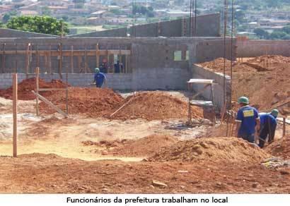 Salas de aula são construídas na futura sede da Escola Luiza de Oliveira Faria