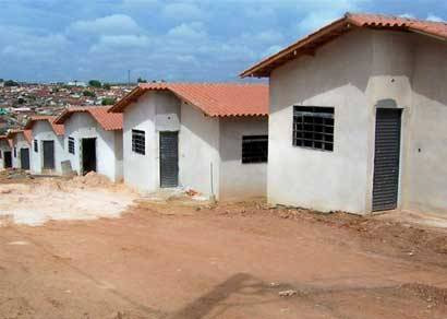 Casas do PSH rebocadas, cobertas, com janelas e portas