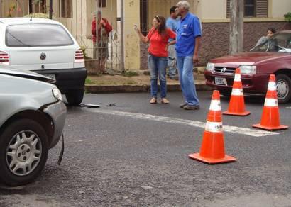 Acidente envolvendo três carros deixa motorista ferido