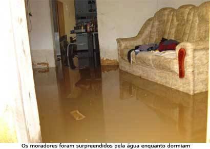 Rede da Copasa se rompe e água invade casas do bairro Arasol