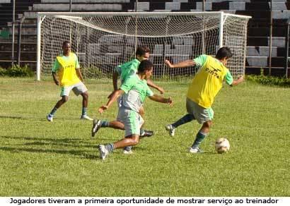 Jogadores treinam com bola pela primeira vez