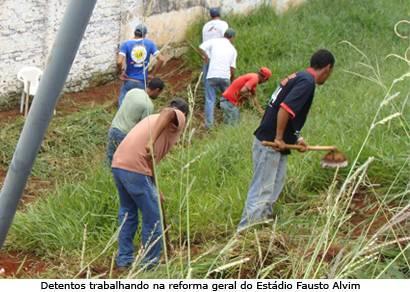 Detentos trabalham na reforma do Fausto Alvim