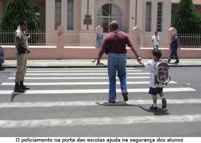 Pais e alunos recebem cartilha de conscientização no trânsito em Araxá