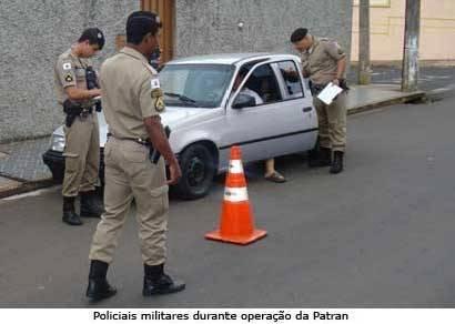 Auxiliar de serviços gerais tenta fugir de blitz e acaba preso
