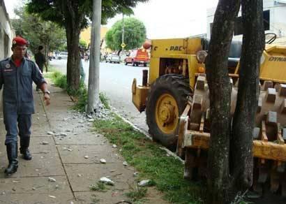 Rolo compactador perde freio na descida da Amazonas e causa acidente