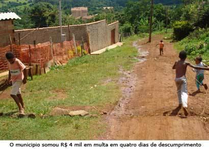 Prefeitura retoma entrega de água mineral aos moradores do Barreiro