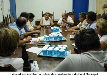 Coordenadora do canil se defende de acusações durante reunião com vereadores
