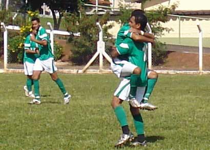Atual campeão estreia com goleada