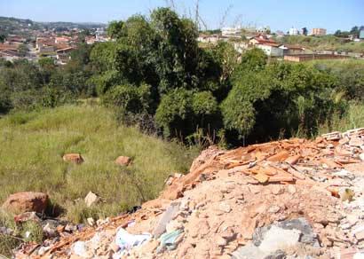 Casa do Caminho é multada por armazenar entulhos em área de preservação ambiental