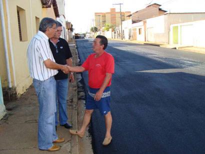 Trecho danificado da rua Presidente Olegário Maciel é recapeado