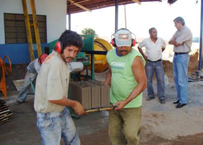 Prefeitura implanta fábrica experimental de tijolos