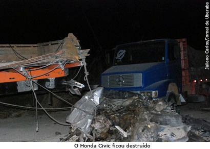 Acidente entre cinco veículos mata quatro pessoas na BR-452
