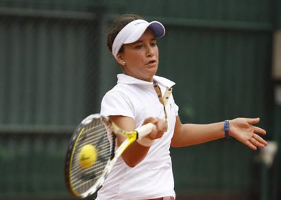 Líder no ranking do Circuito Unimed de Tênis, Marcela Valle leva o troféu