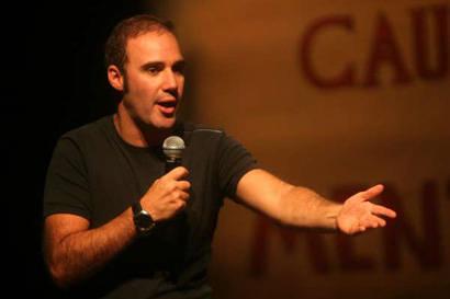 Campanha Vá ao Teatro traz comediante Diogo Portugal a Araxá