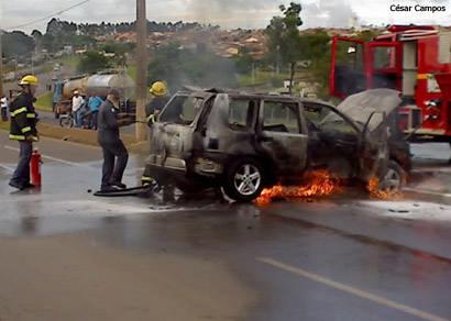 Carro pega fogo e interdita o Comboio