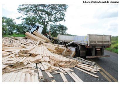 Carreta carregada de madeira tomba e interdita BR-262
