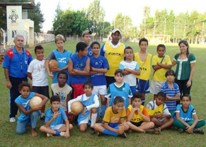 Adolescentro implanta escolinha de futebol