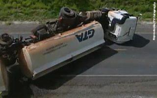 PRF libera BR-262 após acidente com carreta que transportava álcool