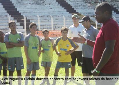 Ex-zagueiro Clebão visita projeto de formação esportiva do Ganso