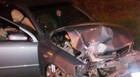 Condutor embriagado e inabilitado atravessa avenida em alta velocidade e bate em poste
