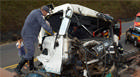 Bombeiros socorrem vítima de acidente entre carretas