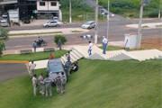 Carro invade jardim da Câmara após acidente na João Paulo II