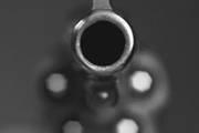 """Contrata atirador para """"dar susto"""" no atual namorado da ex"""
