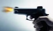 Sobe no muro e dispara tiros contra jovem