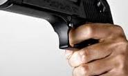 Homem ameaça amásia com arma de fogo