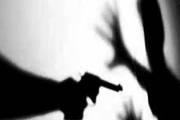 Homem tem casa invadida por indivíduo armado