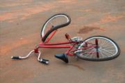 Criança de bicicleta bate em ônibus na João Paulo II