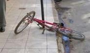 Menor rouba bolsa, mas cai da bicicleta durante a fuga e é contido
