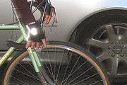 Ciclista colide com carro e é encaminhado ao PAM com lesão no rosto