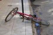Bombeiros socorrem ciclista atingido por carro