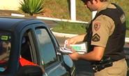Adolescente pega carro escondido e é apreendido em blitz