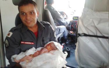 Bombeiros socorrem mulher que entrou em trabalho de parto na rua