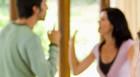 Homem pressiona esposa para vender casa com ameaças de morte