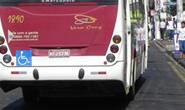 Homem assalta ônibus e fere passageiro