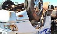 Motorista desmaia e tomba caminhão na rodovia