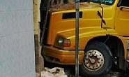 Carreta invade residência no bairro Guilhermina Vieira Chaer