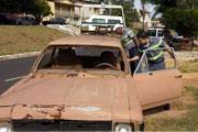 Veículos abandonados são retirados das ruas de Araxá