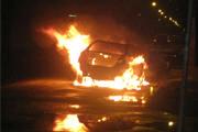 Carro pega fogo no Domingos Zema
