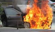 Morador se depara com seu carro incendiado na garagem