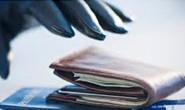 Bandido se aproveita de defeito de carro e furta carteira