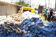 Carreta carregada com cerveja tomba em Araxá