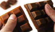 Câmera flagra adolescentes furtando chocolate e moedas