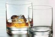 Bebe whisky e come frutas antes de sair com materiais furtados em residência