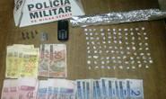 Homem e adolescente são detidos com 99 pedras de crack